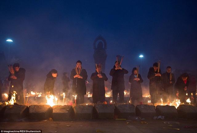 Hoạt động lễ cầu may mắn, phát tài vẫn diễn ra nhộn nhịp ngay cả khi trời đã xẩm tối.