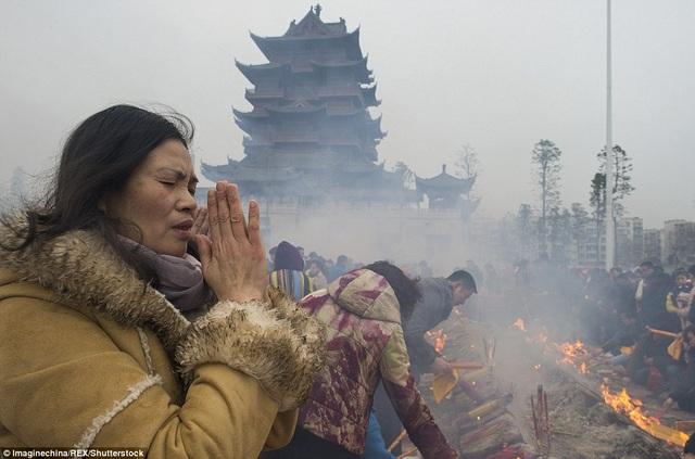 Lễ chùa đầu năm mỗi dịp Tết âm lịch là một trong những tập tục từ lâu đời ở Trung Quốc nhằm cầu hạnh phúc, may mắn và bình an.