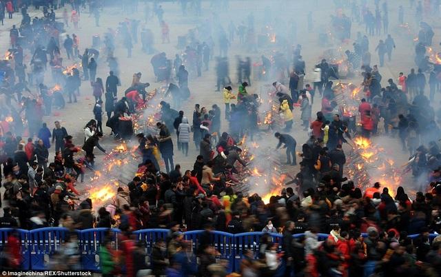 Theo đài CCTV, trong ngày này, ước tính hơn 600.000 người đã đổ xô đến chùa Guiyuan ở thành phố Vũ Hán, tỉnh Hồ Bắc để cầu may mắn, phát tài.