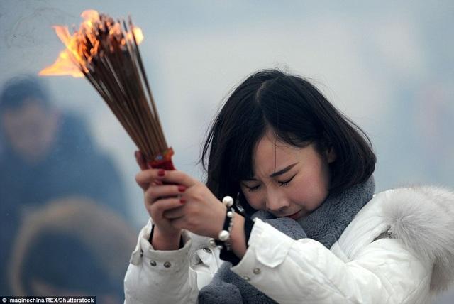 Một phụ nữ đi chùa cầu may ở Vũ Hán, Hồ Bắc.