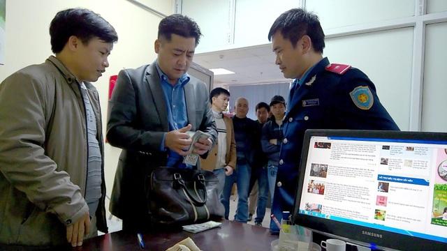 Ông Park (giữa) nhận lại số tài sản để quên trên xe taxi.