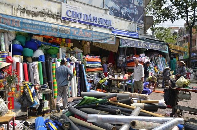 Sau khi được phường vận động, người dân đã chấp hành và tiến hành thu dọn hàng hóa để trả lại vỉa hè cho người đi bộ.