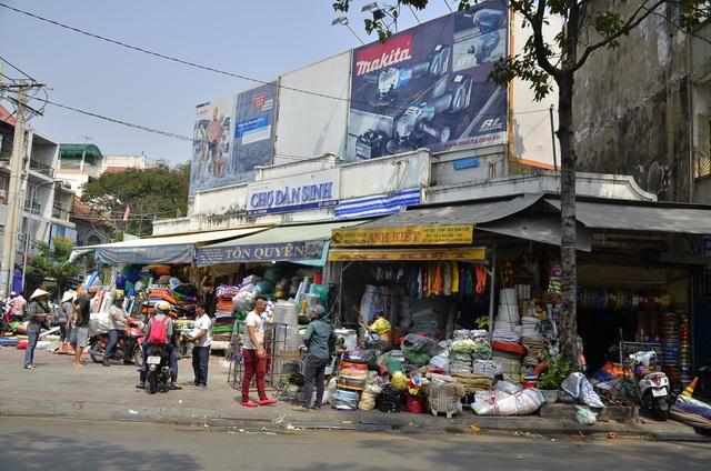 Tiểu thương chợ Dân Sinh đồng loạt trả lại vỉa hè