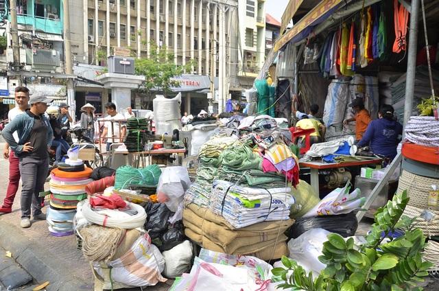 Cổng chính của chợ Dân Sinh là điểm nóng lấn chiếm vỉa hè hàng chục năm nay