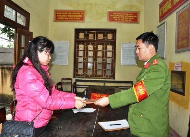 Công an phường Phúc Thành trao lại tài sản bị mất cho chị Linh (ảnh: Công an Ninh Bình)