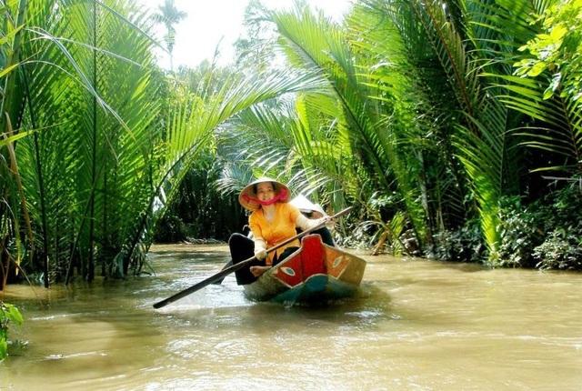 Ngồi thuyền và len lỏi qua các con lạch, nhánh sông sẽ cho bạn cái nhìn chân thực về đời sống dân miền Tây.