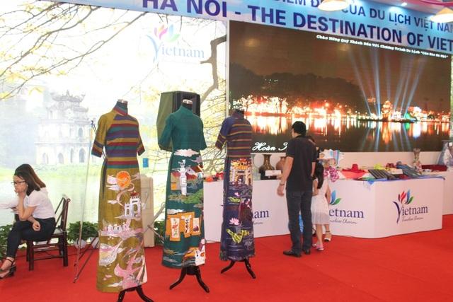 Những mẫu áo dài mang đậm bản sắc Việt được trưng bày ngay trước lối ra vào để mọi người dễ dàng nhìn thấy. Trong những ngày đầu diễn ra hội chợ, đây là khu vực thu hút sự chú ý của du khách nước ngoài nhất. Hội chợ được xem là sự kiện có ý nghĩa quan trọng để quảng bá và thúc đẩy ngành du lịch Việt phát triển.