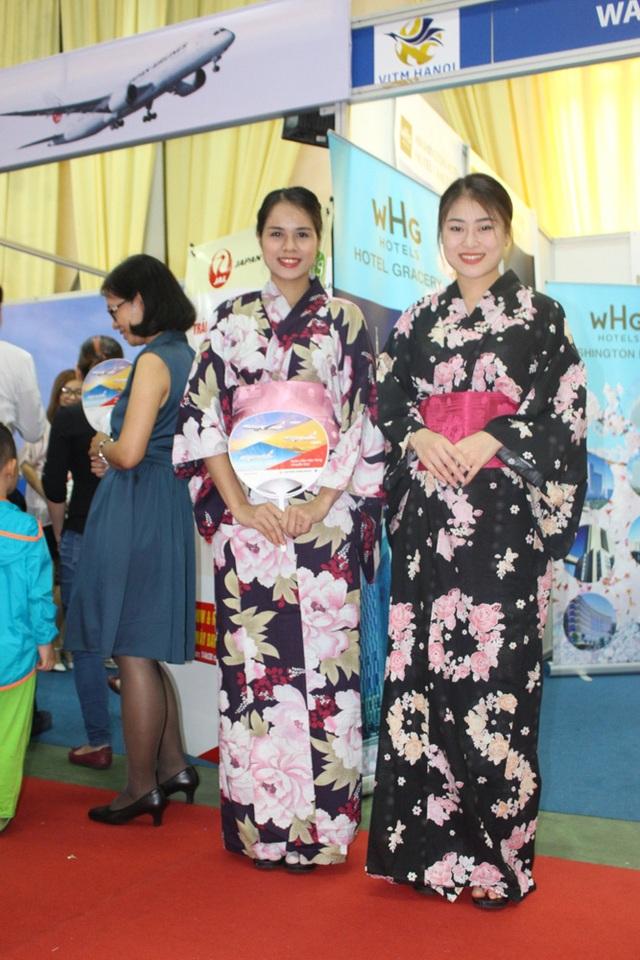 Nhiều gian hàng có riêng khu vực cho khách mặc thử kimono, chụp ảnh với hoa đào và núi Phú Sĩ.