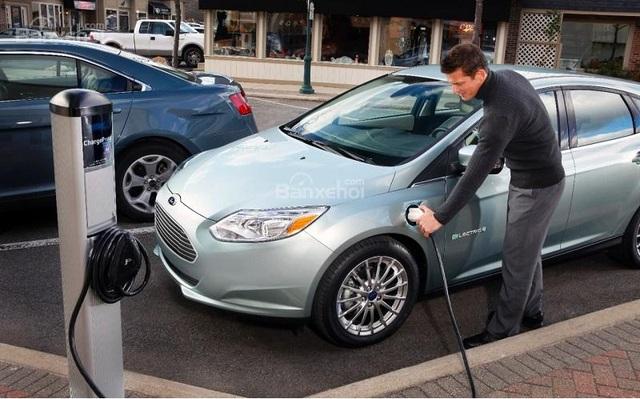 Một chiếc xe điện đang sạc tại Mỹ
