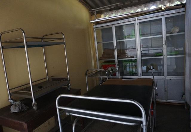 Phòng hộ sinh là một phần nhà để xe, không đủ điều kiện đảm bảo nếu thực hiện công việc đỡ đẻ tại đây.