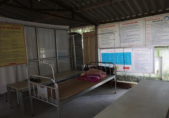 Phòng điều trị được che chắn sơ sài bằng mấy tấm biển.