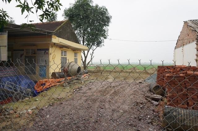 Sau khi hoàn thiện phần móng, hiện công trường thi công Trạm y tế xã Hưng Thịnh (Hưng Nguyên, Nghệ An) đã ngừng thi công.