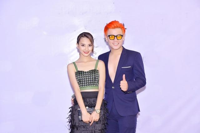 Cặp đôi MC Anh Huy - Mù Tạt (Huyền Trang) trẻ trung tới tham gia show diễn. Cả hai diện trang phục trẻ trung, phá cách khá năng động. Ảnh: Chí Linh.