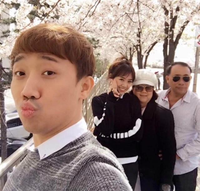 Trấn Thành - Hari sau thời gian đi lưu diễn trong lần về nước đã cùng đưa bố mẹ sang Hàn Quốc ngắm hoa anh đào.