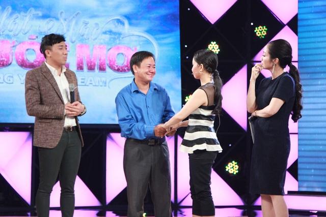 Cả Trấn Thành và Cẩm Ly đã bước lên sân khấu trao cho anh Nghị những cái ôm thật chặt và những lời động viên.