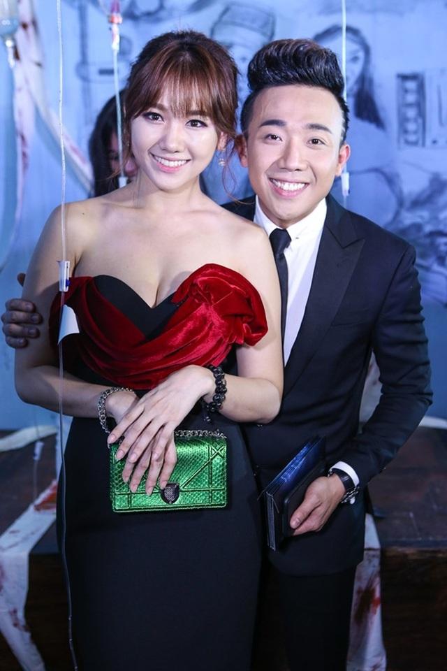 Dù kém tuổi bạn gái nhưng Trấn Thành vẫn rất ga lăng, chững chạc, hết mực cưng chiều, chăm sóc Hari Won.