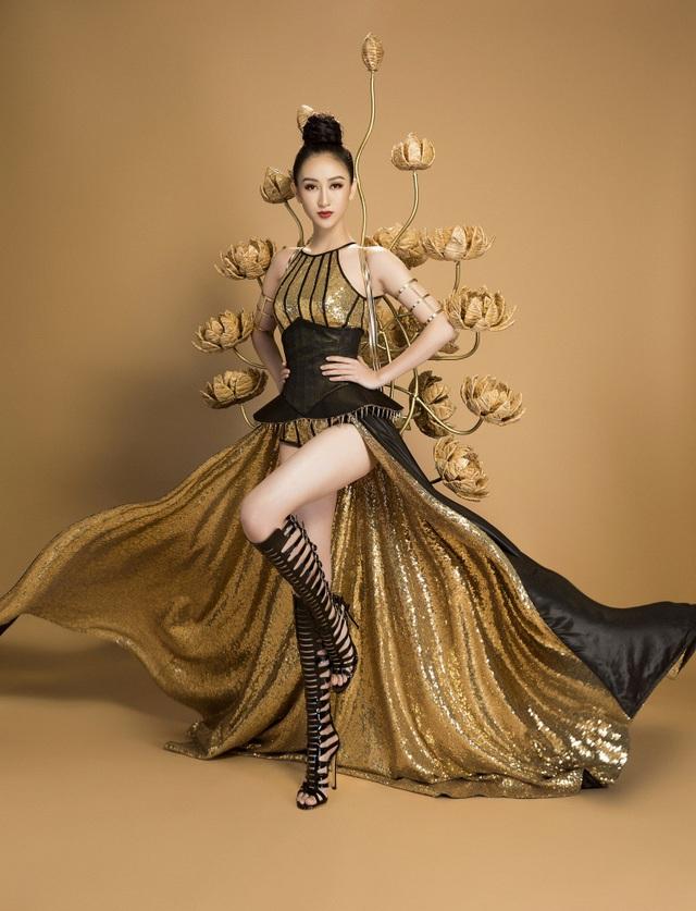 Bộ trang phục đã giúp Hà Thu tự tin trình diễn và gây chú ý trong đêm thi trang phục truyền thống diễn ra gần đây.