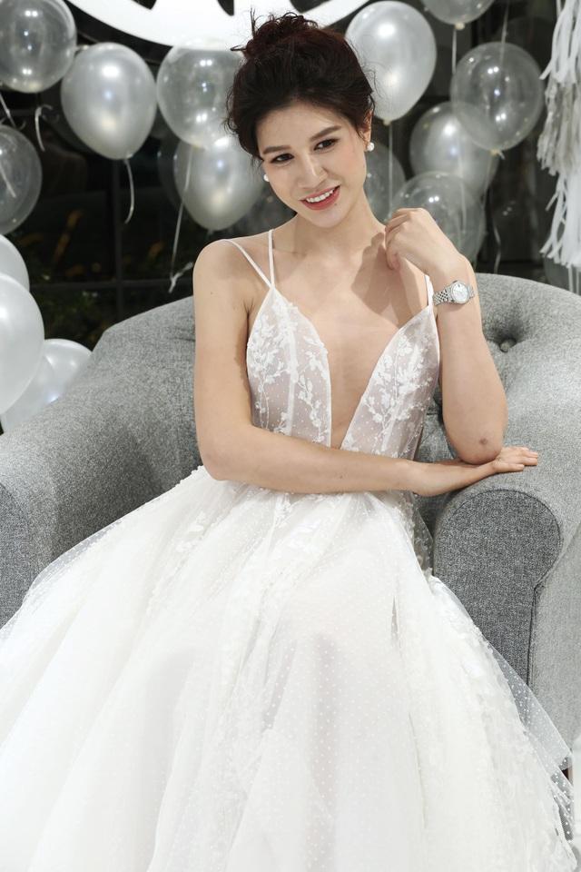 Ngược lại, người đẹp đầy cá tính Trang Pháp lại thể hiện sự nữ tính, mềm mại khi diện chiếc váy trắng tinh khôi.