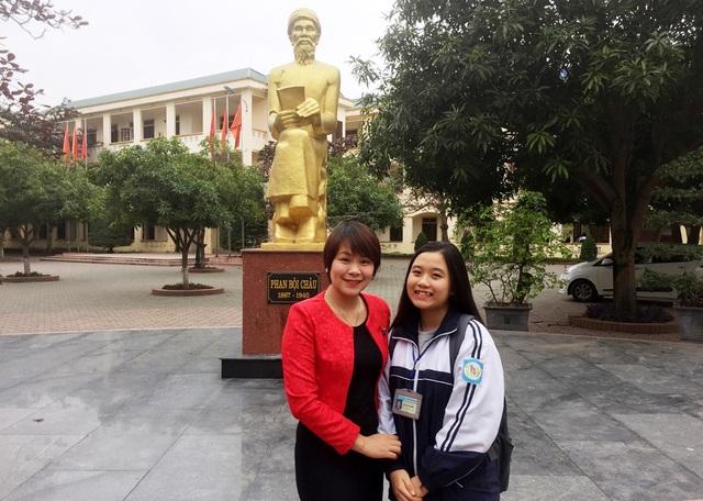 Hà Trang và cô giáo chủ nhiệm Bùi Thị Bích Hậu.
