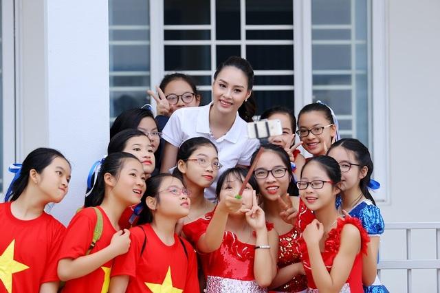 """Hoa hậu biển Thùy Trang được học sinh """"bao vây"""" - 7"""
