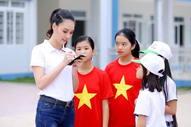 """Hoa hậu biển Thùy Trang được học sinh """"bao vây"""" - 5"""