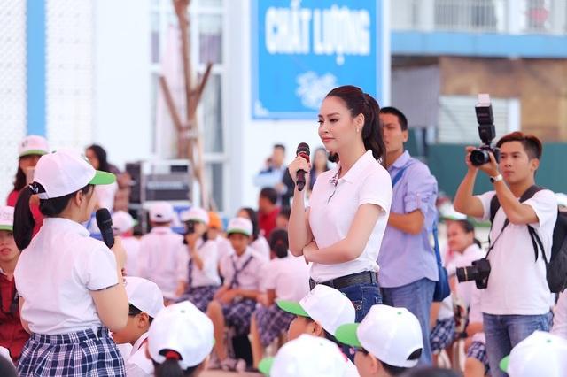 """Hoa hậu biển Thùy Trang được học sinh """"bao vây"""" - 4"""