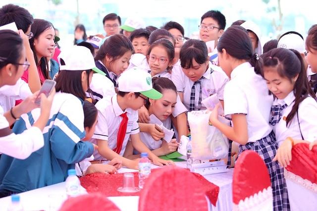 """Hoa hậu biển Thùy Trang được học sinh """"bao vây"""" - 3"""