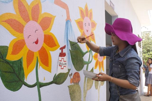 Một bức tranh mang ý nghĩa giáo dục đang được cô giáo trường Tiểu học Trần Phú hoàn thành