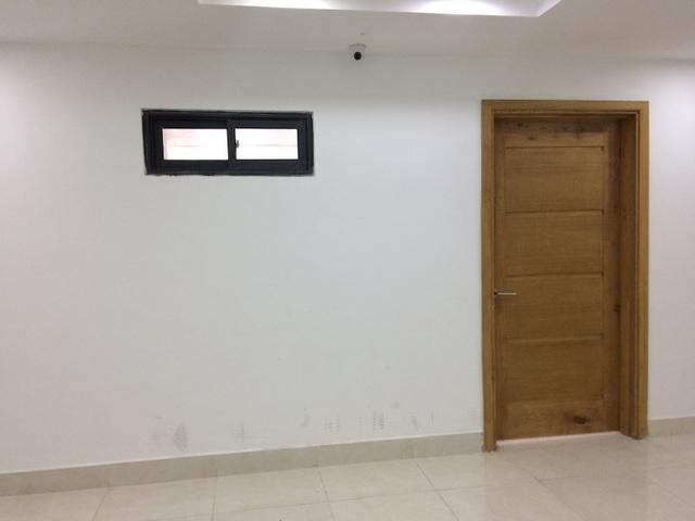 Ô thoáng chuyển thành căn hộ với cửa ra vào và cửa sổ, nhưng chưa được gắn số nhà