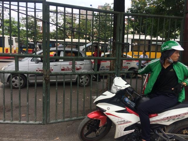Đứng gần cổng bến xe cần thường xuyên quan sát