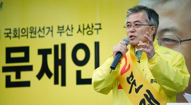 Ông Moon đã gia nhập đảng Dân chủ để tiếp tục công việc của người bạn quá cố và quyết định tranh cử tổng thống Hàn Quốc năm 2012. Tuy nhiên, ông đã chấp nhận thất bại với kết quả khá sít sao trước đối thủ Park Geun-hye. Trong ảnh: Ông Moon diễn thuyết tại Busan trong cuộc vận động tranh cử năm 2012 (Ảnh: Korea Times)