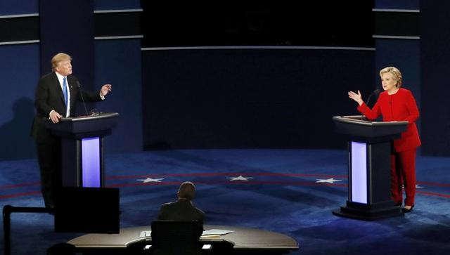 Sau khi chính thức trở thành ứng viên tổng thống đảng Cộng hòa, tỷ phú Trump tiếp tục phải đối mặt với một rào cản không hề nhỏ trước khi tiến đến ngưỡng cửa Nhà Trắng, đó là cuộc so găng với ứng viên đảng Dân chủ Hillary Clinton, một chính trị gia lão luyện trong chính trường Mỹ. Ông Trump và bà Clinton đã trải qua 3 cuộc tranh luận trực tiếp diễn ra ở 3 địa điểm khác nhau vào 3 ngày 26/9, 9/10 và 19/10/2016. (Ảnh: WSJ)