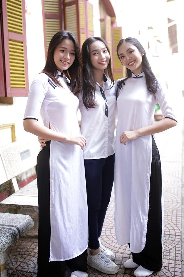 Diễm Quỳnh chụp ảnh cùng những người bạn của mình