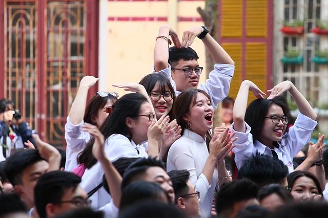 """Tạm quên đi những buồn bã, bùi ngùi khi sắp phải chia xa, teen Trần Phú """"quậy"""" hết mình để cổ vũ chàng ca sĩ """"cây nhà lá vườn"""" trên sân khấu cuối cùng của đời học sinh"""