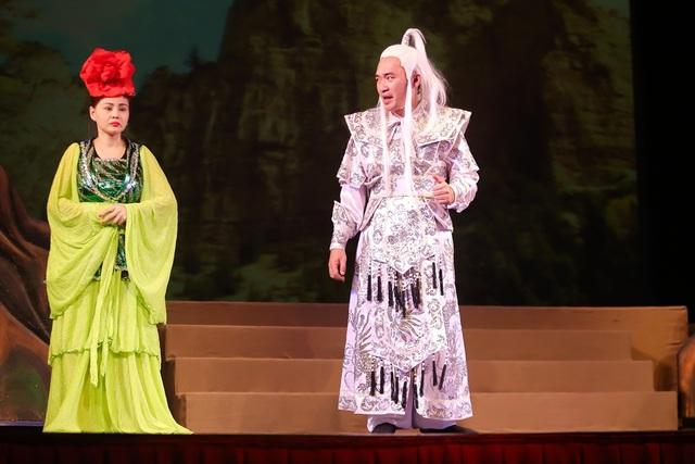 Ngoài Trấn Thành, vở kịch còn có sự tham gia của NSND Ngọc Giàu, diễn viên Thu Trang, Tiến Luật, Lê Giang, Anh Đức, Tuyền Mập.