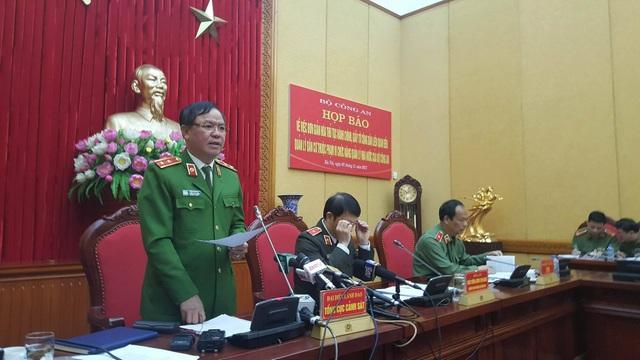 Trung tướng Trần Văn Vệ, Quyền Tổng cục trưởng Tổng cục Cảnh sát (Bộ Công an) trao đổi với báo chí