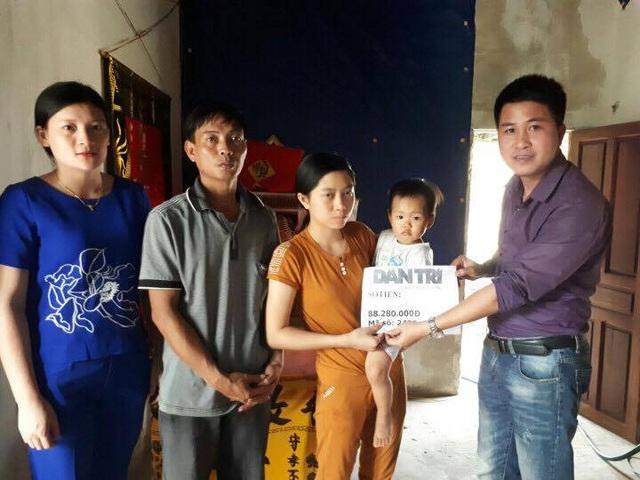 PV báo Dân trí cùng chính quyền xã Cẩm Nhượng, huyện Cẩm Xuyên (Hà Tĩnh) đã tới thăm và trao số tiền 88.280.000 đồng tới gia đình em Nguyễn Thị Sáng