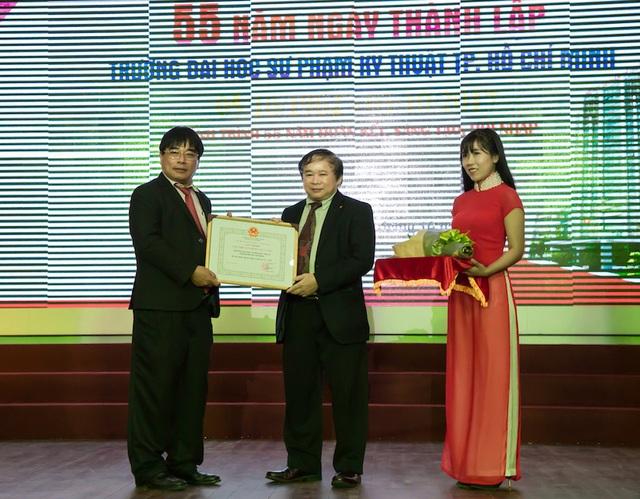 Thứ trưởng Bùi Văn Ga trao bằng khen cho tập thể trường ĐH Sư phạm Kỹ thuật TP.HCM