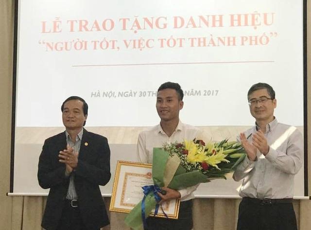 Ông Phùng Minh Sơn - Phó Giám đốc Sở Nội vụ kiêm Trưởng Ban thi đua khen thưởng TP Hà Nội trao bằng khen cho em Vũ Huy Cảng (ảnh: Đ.Tuệ)