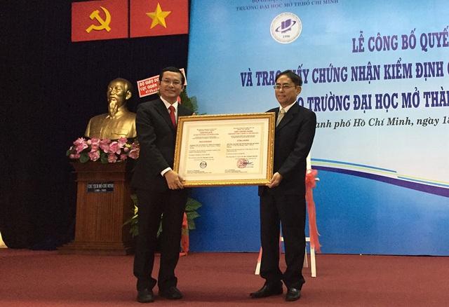 PGS.TS Nguyễn Hội Nghĩa trao chứng nhận kiểm định chất lượng giáo dục cho hiệu trưởng trường ĐH Mở TP.HCM