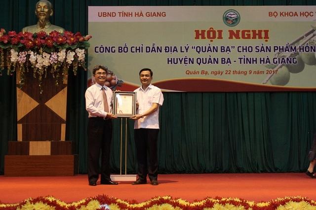 Cục truởng Cục SHTT Đinh Hữu Phí trao Văn bằng chỉ dẫn địa lý Hồng không hạt Quản Bạ cho lãnh đạo UBND Quản Bạ