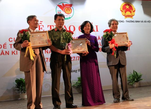Bà Trương Thị Mai - Trưởng Ban Dân vận trung ương, trao bằng khen tới các tác giả nhận giải Tôn vinh.