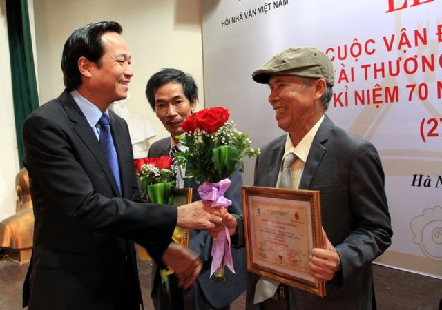 Bộ trưởng Đào Ngọc Dung trao bằng khen và hoa tới các tác giả đoạt giải.