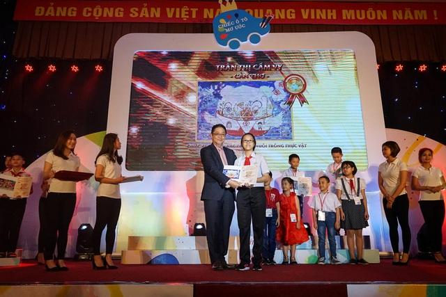 Ban tổ chức trao giải nhất cho học sinh
