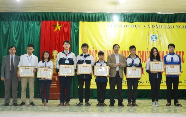 Ngô Thành Đạt và Nguyễn Tiến Dũng (đứng giữa) nhận giải Nhất tại cuộc thi sáng tạo KH-KT tỉnh Nghệ An năm 2017