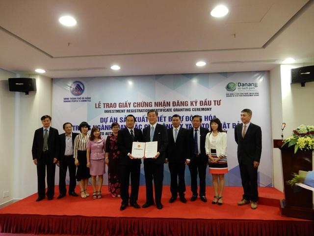 Đà Nẵng trao giấy chứng nhận đầu tự dự án Sản xuất  thiết bị tự động hóa trong ngành may mặc của Công ty Yamota Sewing Machine MFG (Nhật Bản)
