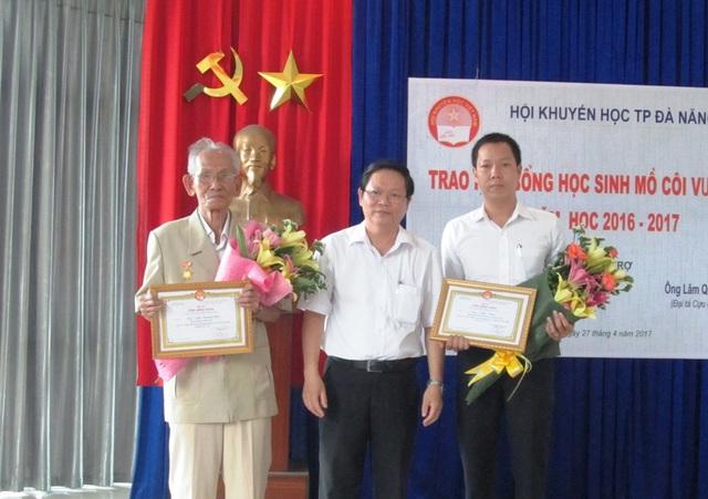 Ông Trần Đình Liễn (giữa) - Chủ tịch Hội Khuyến học TP Đà Nẵng tặng hoa đến Đại tá cựu chiến binh Lâm Quang Minh (ngoài cùng bên trái) và đại diện gia đình ông Trần Thận - nguyên Bí thư Đặc khu ủy Quảng Đà.