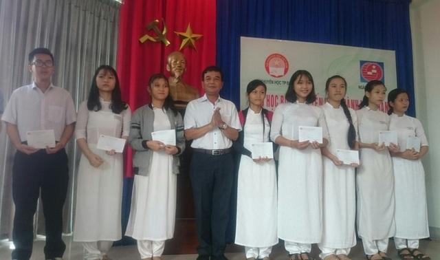Các em học sinh nhận học bổng