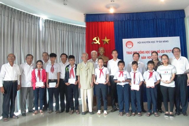 Các em học sinh vừa được trao học bổng khuyến học do gia đình hai nhà lão thành cách mạng ủng hộ nhân kỷ niệm 42 năm Ngày thống nhất đất nước