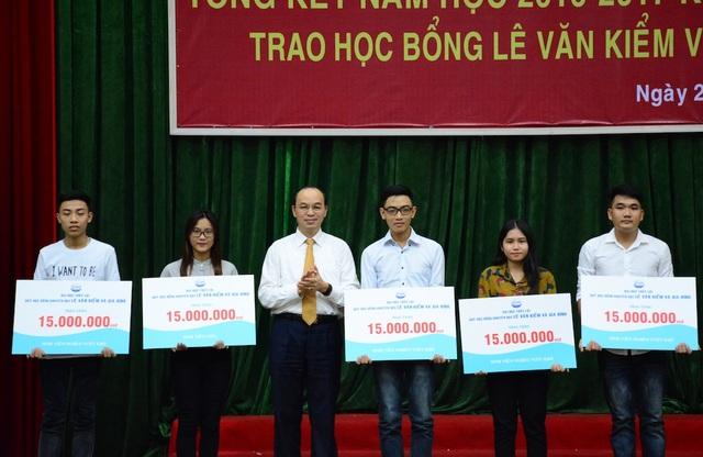 Năm sinh viên có hoàn cảnh khó khăn nhưng vẫn học tập tốt được nhận học bổng từ Anh hùng lao động Lê Văn Kiểm